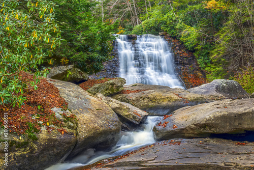 In de dag Bergrivier Waterfall during Autumn in the Appalachian mountains