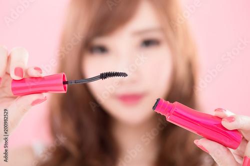 Foto Murales beauty woman take mascara