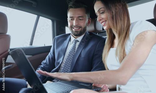 Ludzie biznesu spotkania pracy samochodu wewnątrz