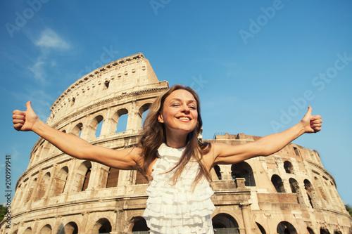 Kobieta na tle Koloseum