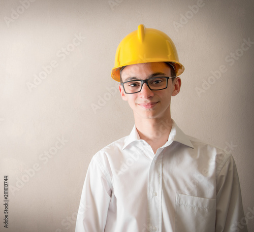 Foto Murales giovane sorridente con in testa caschetto protettivo