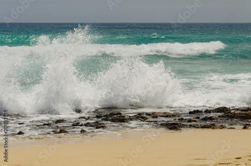 Fotobehang Canarische Eilanden Rough ocean and a sandy beach of Corralejo on Fuerteventura, The Canary Islands