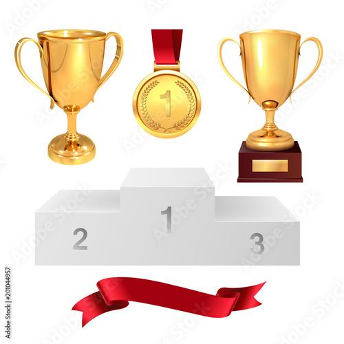 Zestaw trofeów zwycięzcy. Złote puchary, złoty medal, czerwona wstążka i pjadestal. Pojedynczo na białym tle. Wektor
