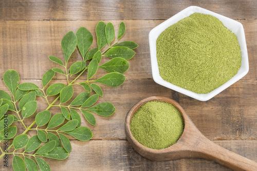 Foto Murales Fresh leaves and moringa powder - Moringa oleifera