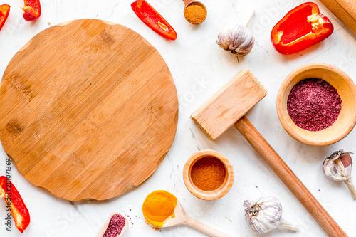 gotować narzędzia w restoraunt pojęciu na białego tła odgórnym widoku