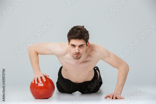 Portret poważne młody półnagi sportowiec