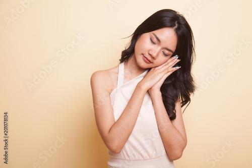 Piękna młoda Azjatycka kobieta z dosypianie gestem.