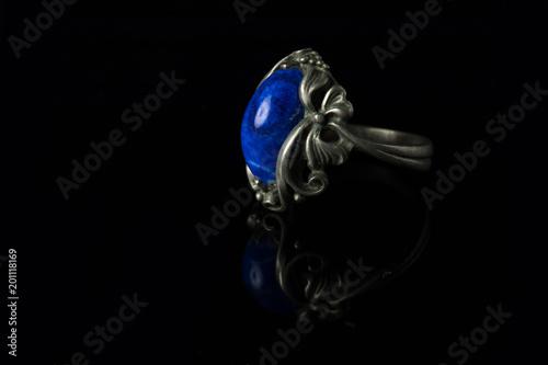 Srebny pierścionek z lapis lazuli na czarnym tle