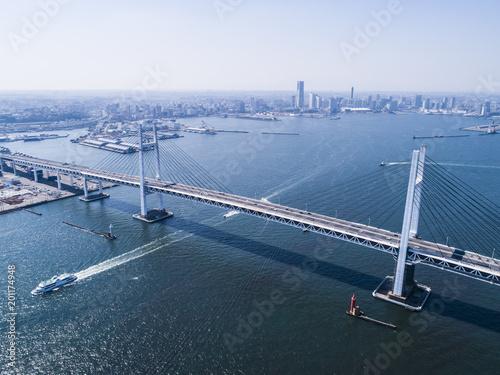大きな吊橋を渡る船。俯瞰。