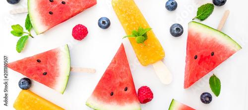 lato-patterm-arbuza-plasterka-popsicle-i-jagody-na-bialym-tle-plaski-lay-widok-z-gory