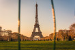 La Torre Eiffel de Paris en atardecer.