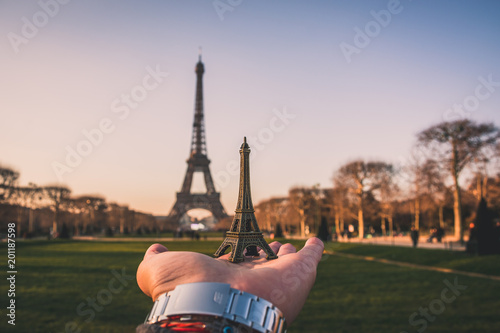 Poster Fotografiando una miniatura de la Torre Eiffel frente de la real.
