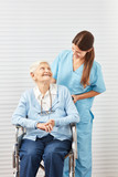 Alte Seniorin im Rollstuhl mit Pflegedienst Frau