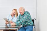 Vater und Tochter haben Spaß mit Tablet PC