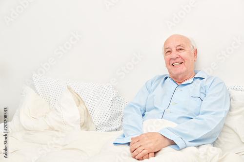 Foto Murales Lächelnder Senior als bettlägeriger Patient