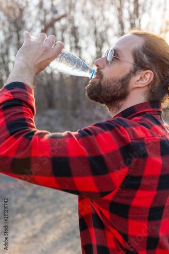 Mężczyzna woda pitna od butelki