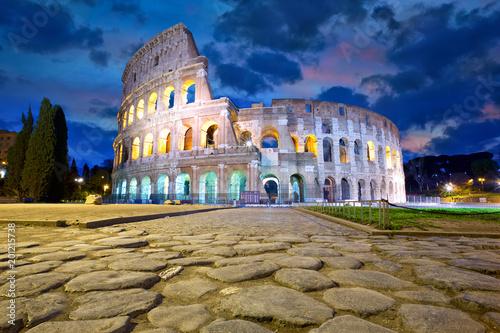 Colosseum w Rzym przy półmrokiem, Włochy