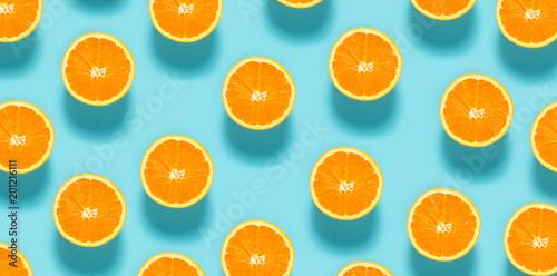 Świeże połówki pomarańczy na niebieskim tle