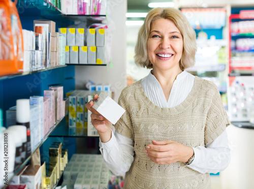 Plexiglas Apotheek Female customer in pharmacy drugstore .