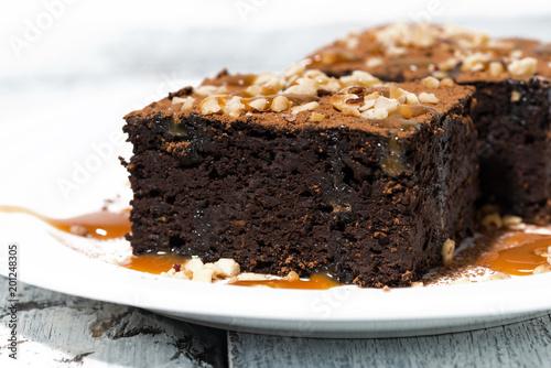 Foto Murales dessert - pieces of chocolate brownies with caramel sauce, closeup