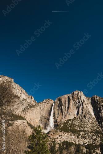 Wycieczkować przez Yosemite doliny na pogodnym zimy niebieskiego nieba dniu 2018