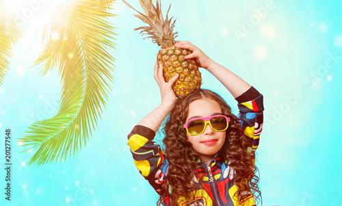 Foto Murales летний солнечный портрет красивой девочки с улыбкой на отдыхе под пальмой с ананасом