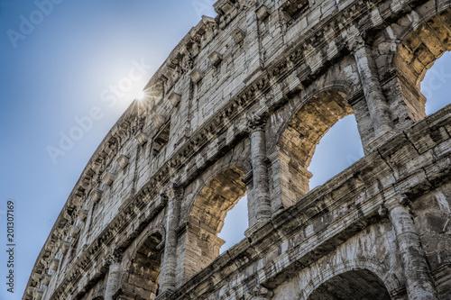 Koloseum w Rzymie szczegółowo, ze wschodzącym słońcem