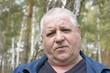 Постер, плакат: портрет сердитого кавказского мужчины в лесу