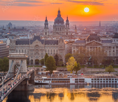 Canvas Boedapest Budapest, Hungary - Beautiful Chain Bridge at sunrise with St. Stephen's Basilica. Spring has arrived in Budapest