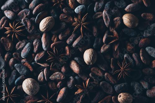 pełny widok z boku pyszne ziarna kakaowego i anyżu tle