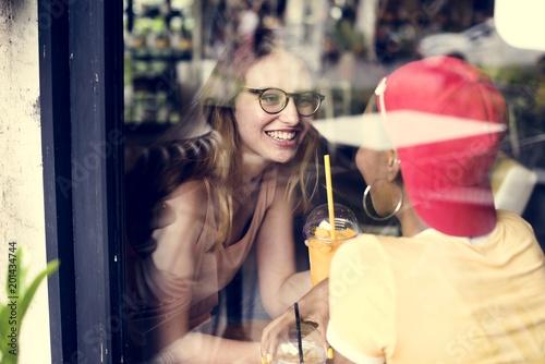 Kobiety para cieszy się czas w kawiarni