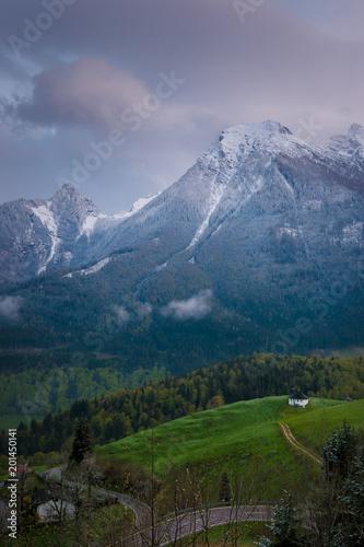 Fotobehang Lavendel Abenddämmerung mit Wolken über dem Berg Hochkalter in den Alpen