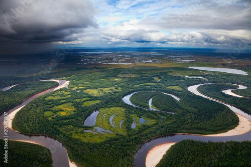 Krajobraz z rzeką i chmurami