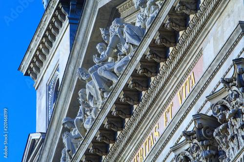 St. Stephen's Basilica największy kościół w Budapeszcie, Węgry. Fragment fasady przy słonecznej pogodzie. Jest jednym z najpiękniejszych i najbardziej znaczących kościołów i atrakcji turystycznych w kraju.