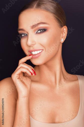 Portret pięknej dziewczyny z doskonałej skóry