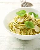 Spaghetti with olive pesto sauce and fresh basil - 201535168