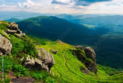 ścieżka do klifu tygrysa nad doliną. spektakularny krajobraz Karpat w okresie letnim. lokalizacja góra Pikui, Ukraina