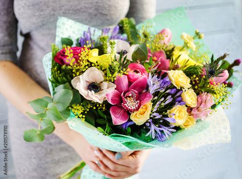 Foto Murales nice bouquet in the hands