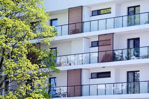 Współczesna zewnętrzna budowla mieszkaniowa w świetle dziennym