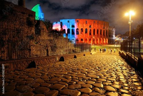 Koloseum w Rzymie w nocy