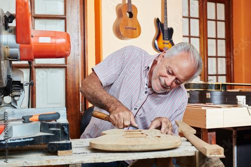 Foto Murales Handwerker bei Herstellung einer Gitarre