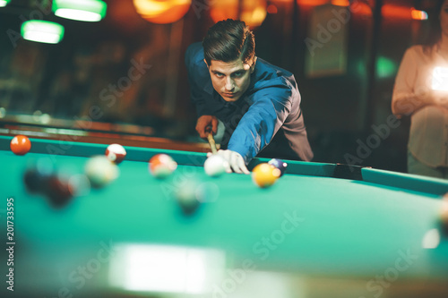 Foto Murales Young man playing pool