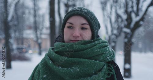 Foto Murales girl standing in park on winter day under snowfall