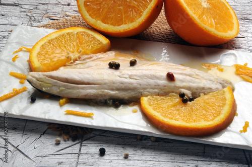 Pomarańczowa ryba Pesce all'arancio