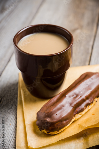 Poster Cup of coffe with cake on thw rustic wooden background. Selective focus.