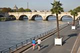 Jogging sur les quais de Seine à Paris en été, France