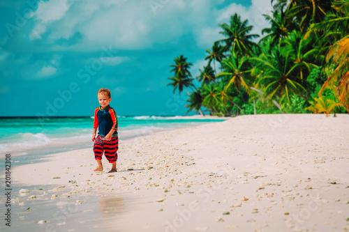Foto Murales happy cute little boy run on tropical beach