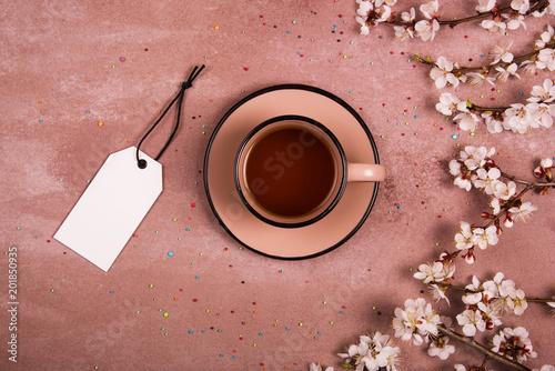 Filiżanka herbaty w dekoracji wiosny. Widok z góry. Miejsce na tekst.