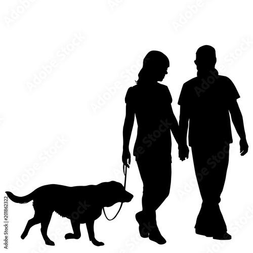 Sylwetka bierze psa dla spaceru para