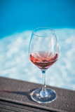 verre de rosé au bord de la piscine - 201896989